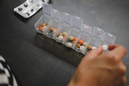 Valium-Konsument bereitet Dosen der Diazepam-Tabletten vor.