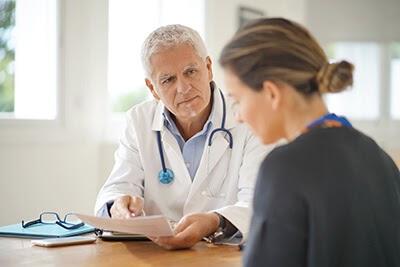 Doktor na klinici uvek pre detoksa I stabilizacije radi procenu stanja