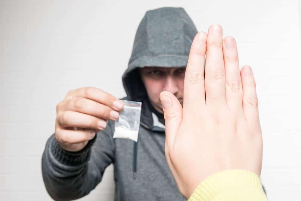 Oporavljeni zavisnik od kokaina kaže ne dileru koji želi da iskoristi njegovu žudnju za kokainom.