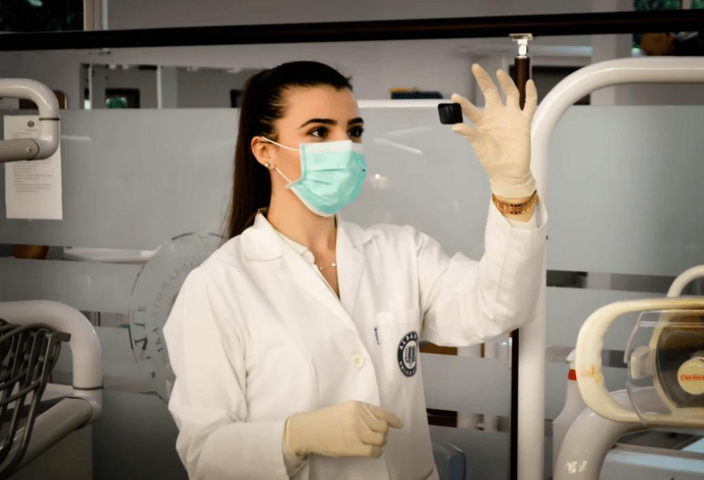 Medicinski ekspert proverava rezultate dijagnostičkog testa.