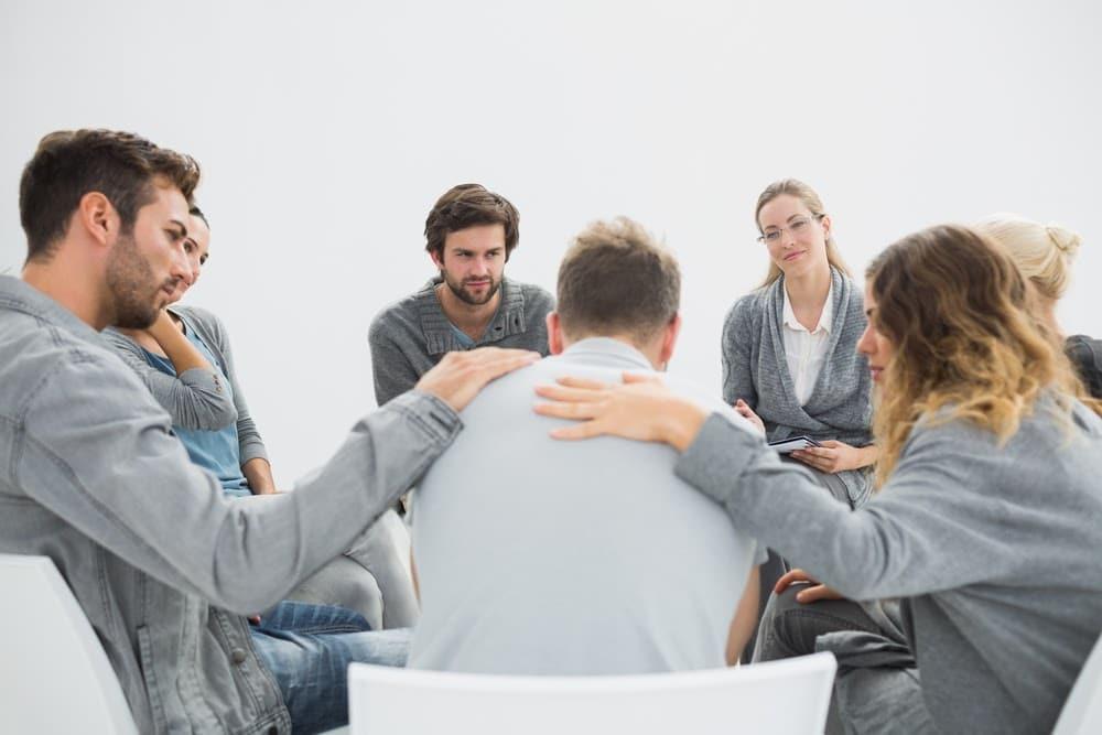 Po završetku programa detoksikacije od droga, oporavljenog zavisnika terapeut sluša i teši ga dok govori o svojoj zavisnosti od droge.