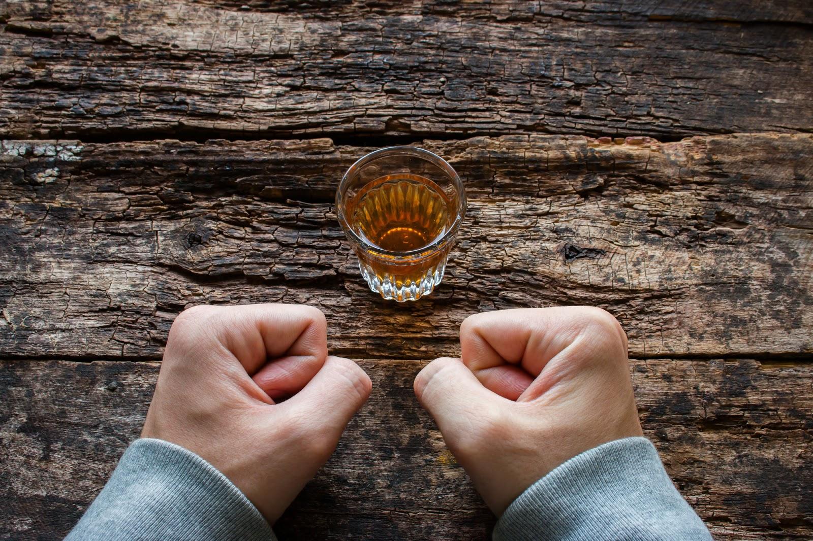Zavisnik od alkohola odupire se žudnji za alkoholom kako bi se približio oporavku od alkohola.