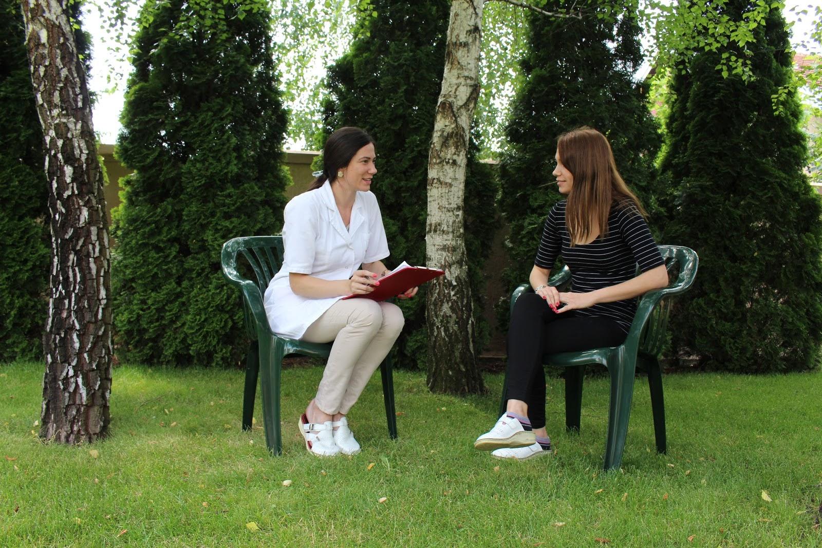 Psiholog razgovara sa pacijentom tokom rehabilitacije.