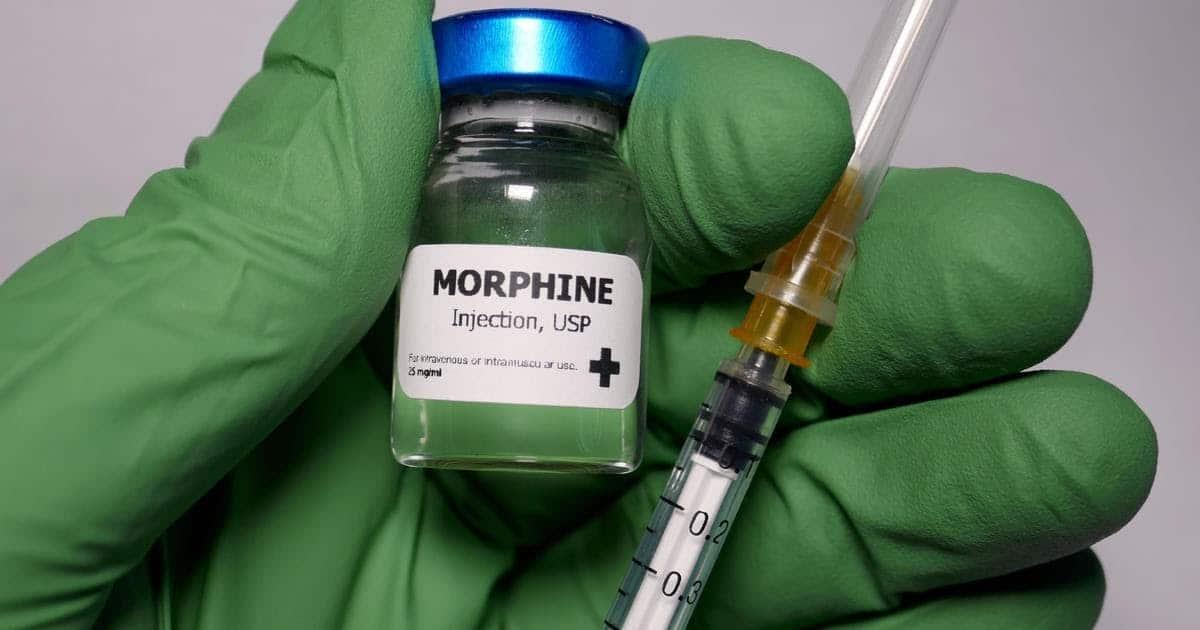 Lekar se sprema da ubrizga morfijum pacijentu. Pacijenti mogu da žude za lekom nakon upotrebe posle operacije.