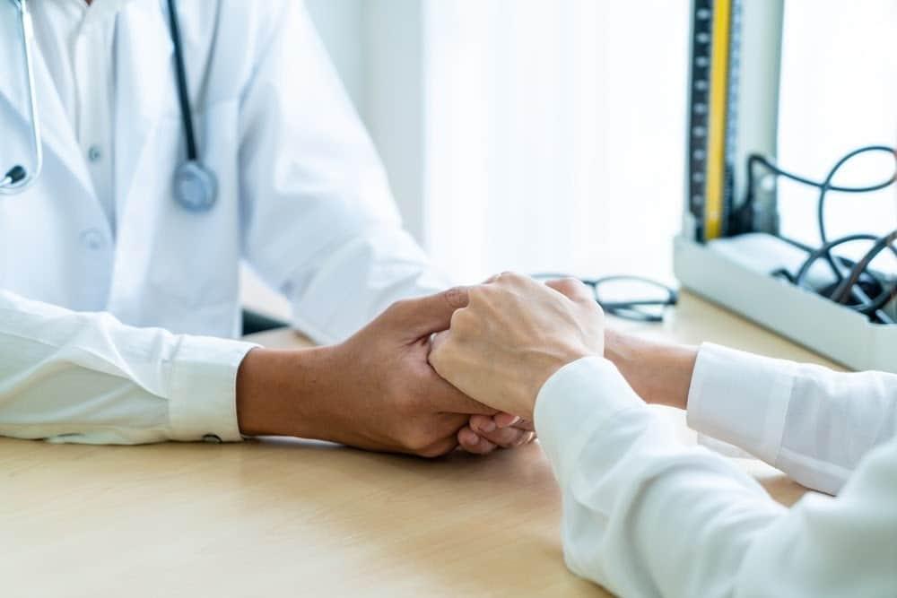 Pacijent koji razgovara sa lekarom nakon završetka tretmana zavisnosti od psihoaktivnih supstanci.
