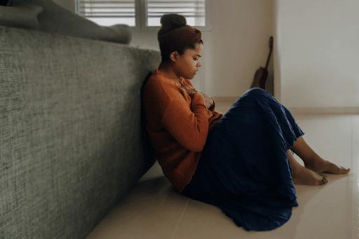 Žena koja se suočava sa simptomima krize prilikom odvikavanja od kodeina.